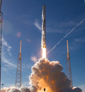 SpaceX lanza 64 satelites